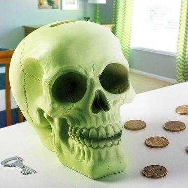 Tamsoje šviečianti kaukolės formos taupyklė