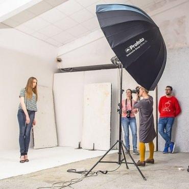 Fotostudija su asistentu fotografijos mėgėjui