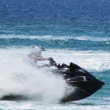 Pasiplaukiojimas vandens motociklu bei atrakcijonai