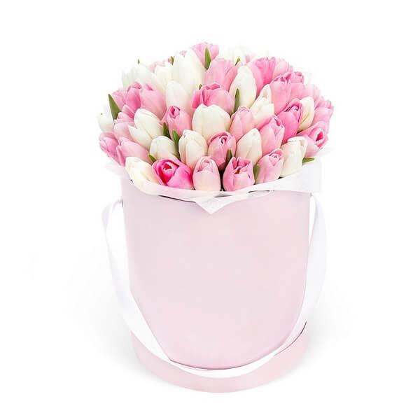 Baltų ir rožinių tulpių dėžutė